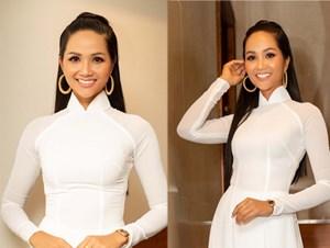 H'Hen Niê lại gây chú ý với tóc dài thướt tha và áo dài trắng tinh khôi