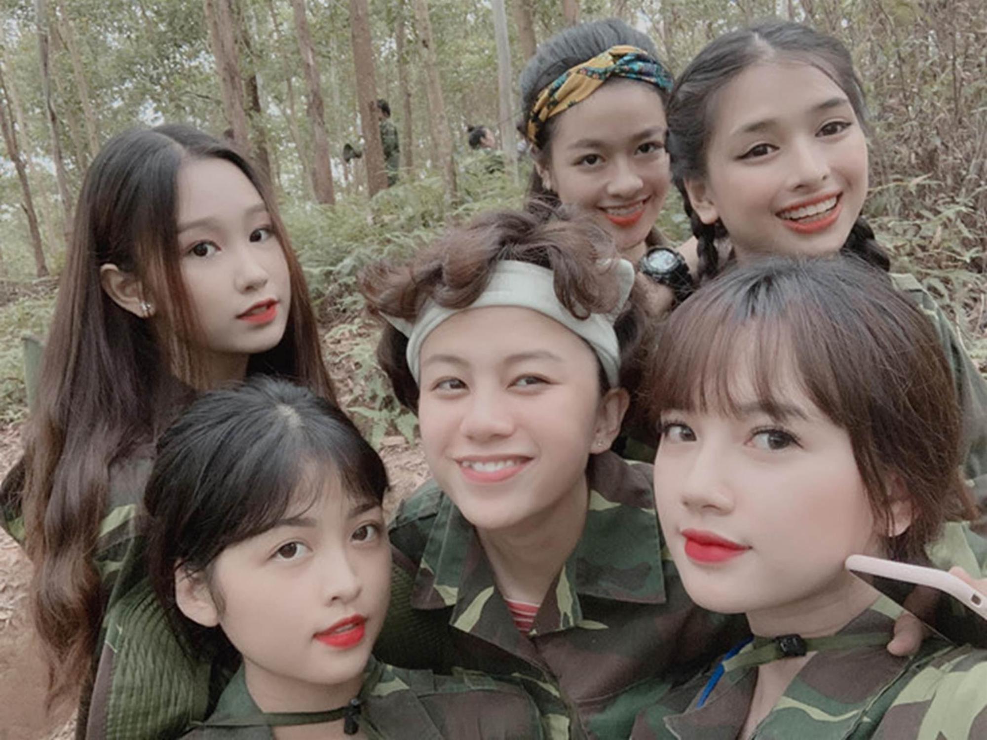 Nữ sinh Sân khấu Điện ảnh được chú ý sau bức ảnh selfie tập quân sự-1
