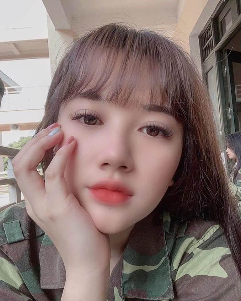 Nữ sinh Sân khấu Điện ảnh được chú ý sau bức ảnh selfie tập quân sự-7