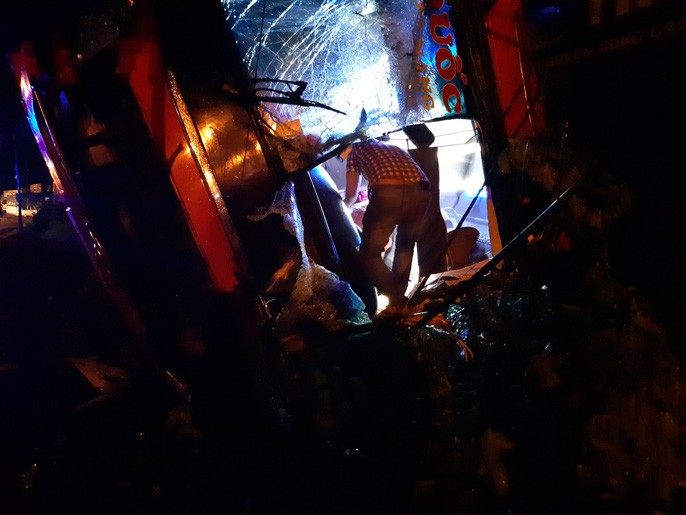 Xe khách lật trong đêm, hàng chục người thương vong-5