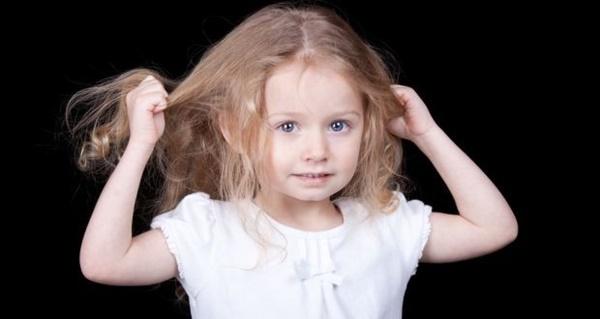 Thấy con hay tự giật tóc của mình, mẹ cần xử lý ngay vì rất có thể đó là dấu hiệu của một bệnh nghiêm trọng-3