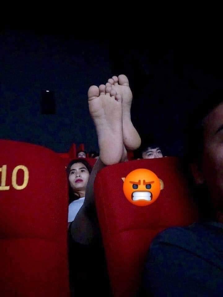 Cô gái vô tư gác chân lên đầu của người ngồi phía trước trong rạp chiếu phim, dân mạng thi nhau hiến kế trừng trị-1