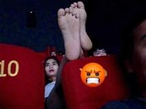 Cô gái vô tư gác chân lên đầu của người ngồi phía trước trong rạp chiếu phim, dân mạng thi nhau