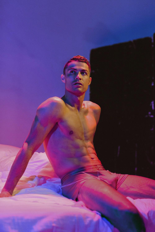 Hội mê trai đẹp chú ý: Ronaldo vừa tung ra bộ ảnh cực chất, khoe trọn cơ bụng 6 múi cùng body chuẩn đét-4