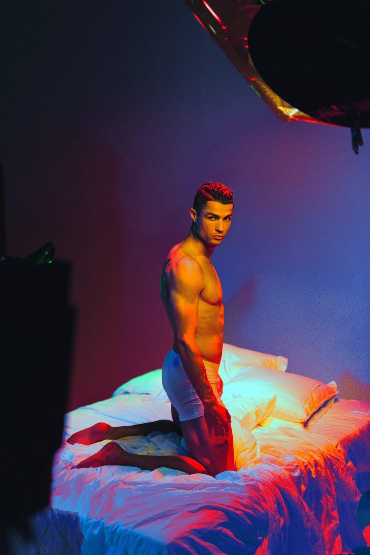 Hội mê trai đẹp chú ý: Ronaldo vừa tung ra bộ ảnh cực chất, khoe trọn cơ bụng 6 múi cùng body chuẩn đét-6