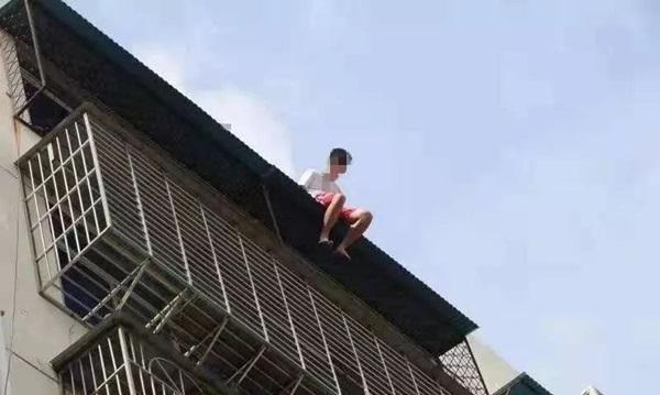Nam thanh niên 19 tuổi ngồi thất thần trên nóc nhà 7 tầng chuẩn bị nhảy lầu tự tử và nguyên nhân đến từ chính bố mẹ anh-1