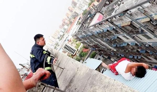 Nam thanh niên 19 tuổi ngồi thất thần trên nóc nhà 7 tầng chuẩn bị nhảy lầu tự tử và nguyên nhân đến từ chính bố mẹ anh-2