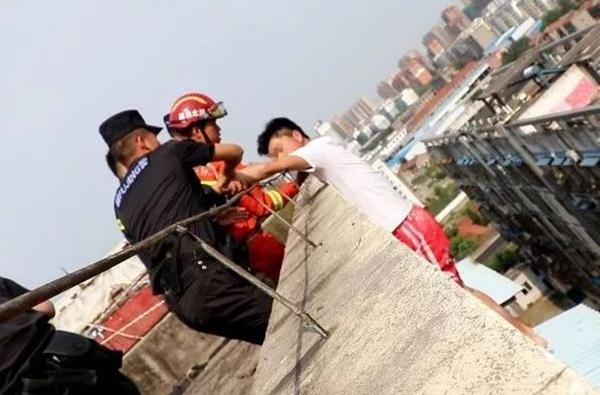 Nam thanh niên 19 tuổi ngồi thất thần trên nóc nhà 7 tầng chuẩn bị nhảy lầu tự tử và nguyên nhân đến từ chính bố mẹ anh-3