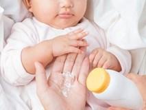 Ngoài việc phấn rôm Johnson & Johnson chứa chất gây ung thư, đây là những lý do bác sĩ khuyên không nên dùng phấn rôm cho trẻ, nhất là bé gái