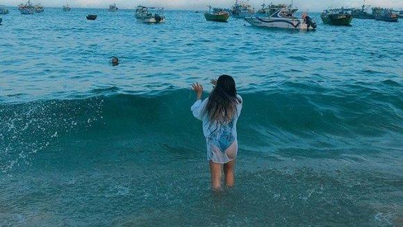 Diện bikini một mảnh đi biển, bạn gái Quang Hải gây tranh cãi vì khoảnh khắc hớ hênh vòng 3 khi chiếc áo choàng mỏng bất ngờ phản chủ-3