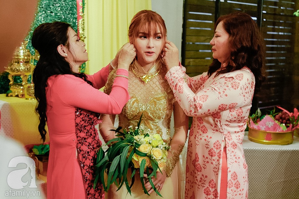 Cô dâu Thu Thủy xinh đẹp rực rỡ, e ấp bên chú rể kém 10 tuổi trong ngày đón dâu-1
