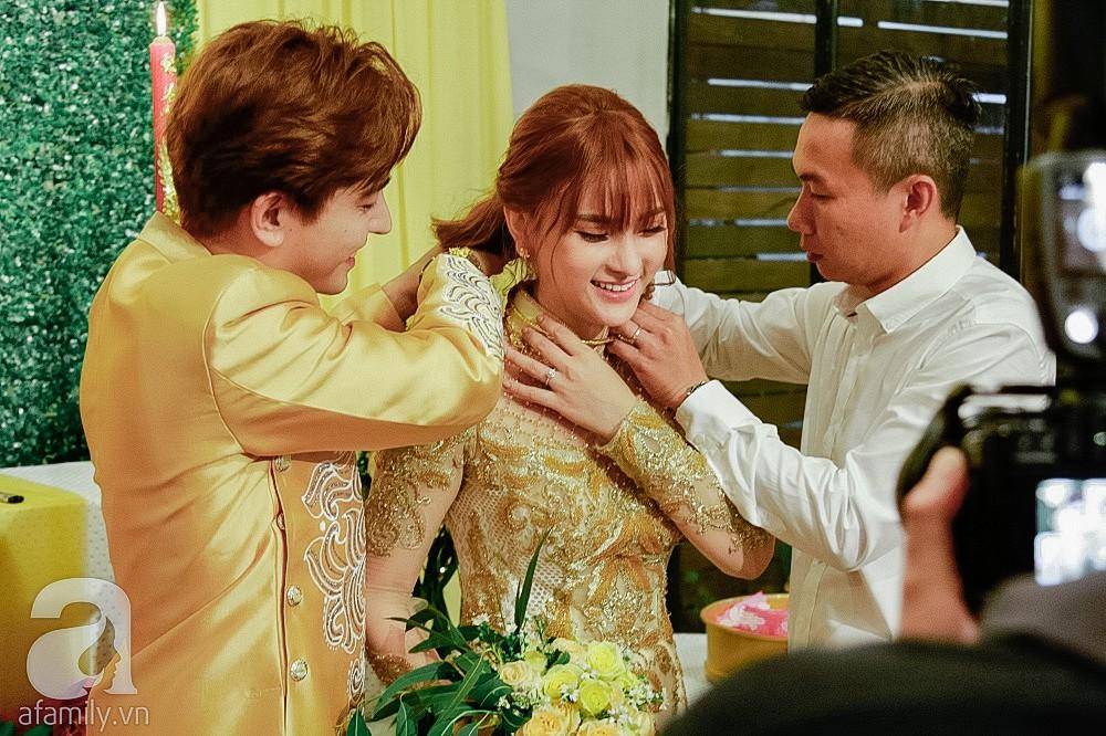 Cô dâu Thu Thủy xinh đẹp rực rỡ, e ấp bên chú rể kém 10 tuổi trong ngày đón dâu-2