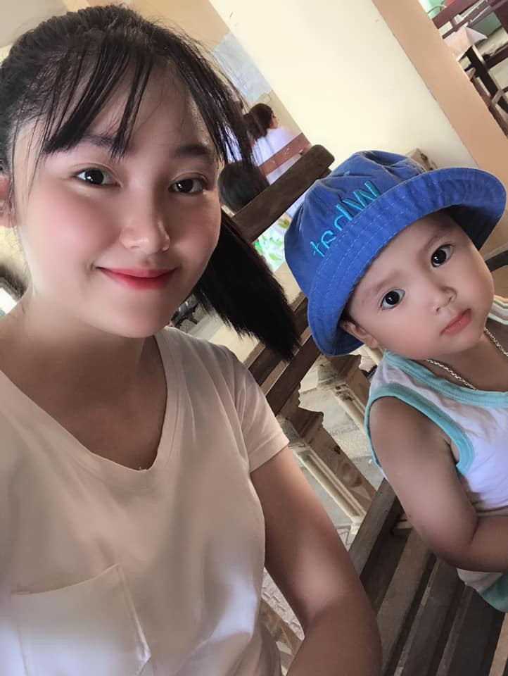Cậu bé 2 tuổi gây sốt vì rửa rau, quét nhà thành thục nhờ bí kíp dạy con thông minh của mẹ trẻ-3