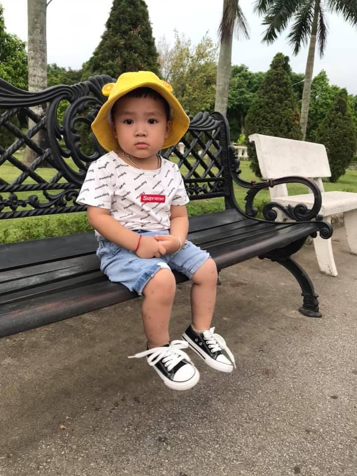 Cậu bé 2 tuổi gây sốt vì rửa rau, quét nhà thành thục nhờ bí kíp dạy con thông minh của mẹ trẻ-2