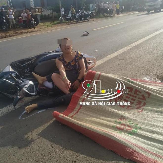 Clip: Chồng bị xe tải cán tử vong, vợ gục xuống đường khóc thảm thiết-2