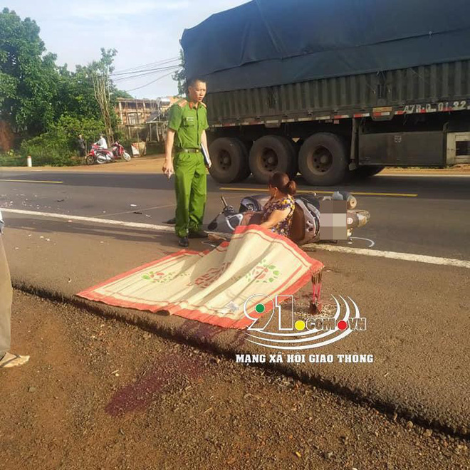 Clip: Chồng bị xe tải cán tử vong, vợ gục xuống đường khóc thảm thiết-3