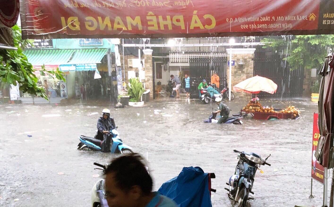 Clip: Vật lộn giữa dòng nước chảy xiết trên đường phố Sài Gòn, xe máy suýt bị cuốn trôi-1