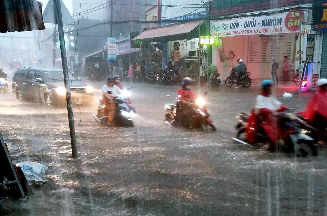 Clip: Vật lộn giữa dòng nước chảy xiết trên đường phố Sài Gòn, xe máy suýt bị cuốn trôi-2
