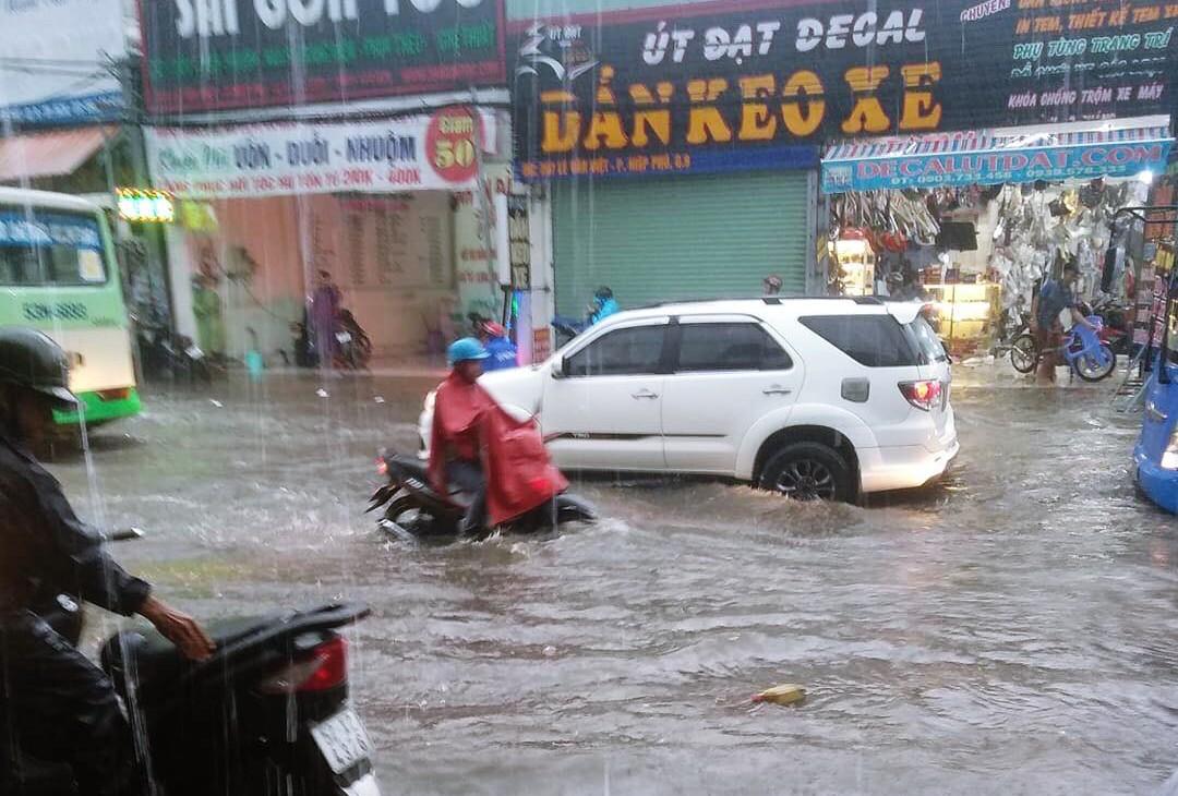 Clip: Vật lộn giữa dòng nước chảy xiết trên đường phố Sài Gòn, xe máy suýt bị cuốn trôi-3
