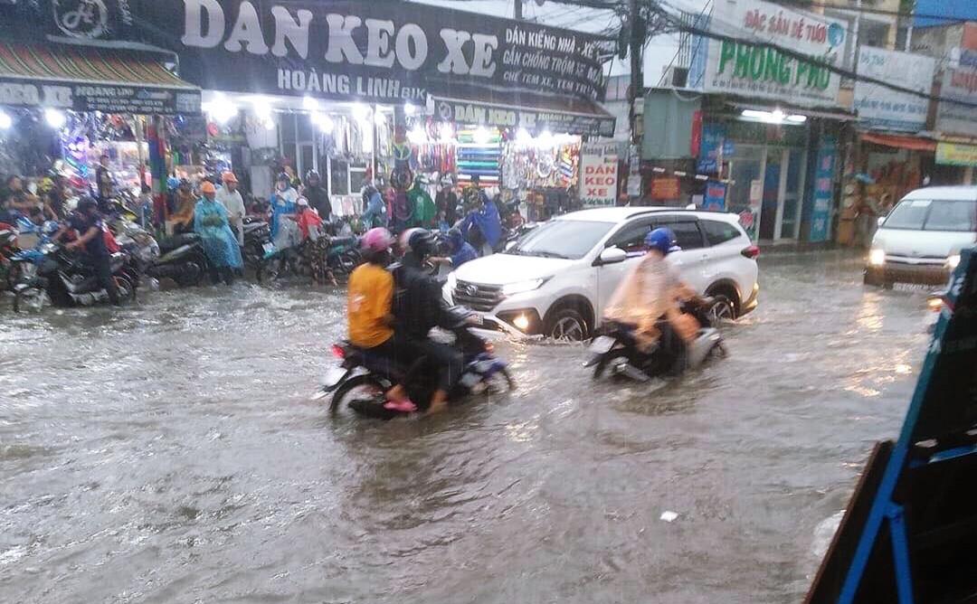 Clip: Vật lộn giữa dòng nước chảy xiết trên đường phố Sài Gòn, xe máy suýt bị cuốn trôi-4