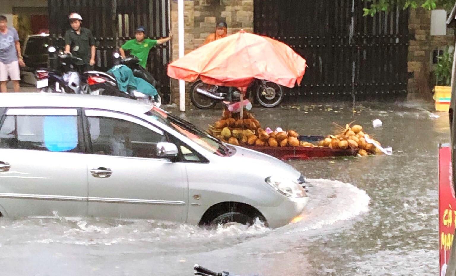 Clip: Vật lộn giữa dòng nước chảy xiết trên đường phố Sài Gòn, xe máy suýt bị cuốn trôi-5