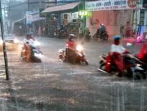 Clip: Vật lộn giữa dòng nước chảy xiết trên đường phố Sài Gòn, xe máy suýt bị cuốn trôi