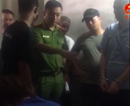 Clip: Bùi Văn Công diễn lại hành vi cưỡng hiếp nữ sinh giao gà, các đối tượng khác giữ tay chân nạn nhân-5