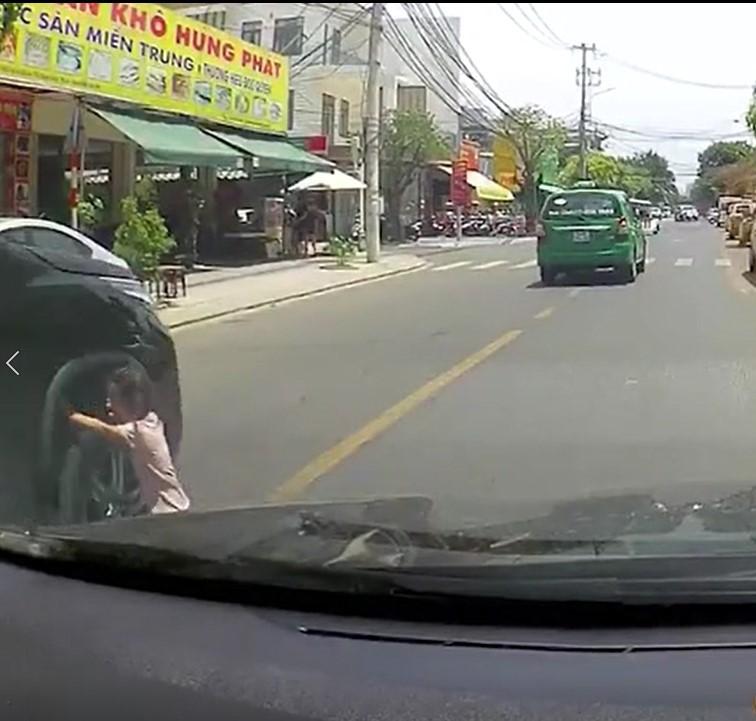 Clip: Thót tim bé gái khoảng 4 tuổi qua đường sơ ý va vào ô tô, may mắn thoát chết trong gang tấc-1