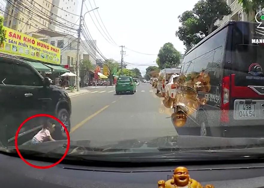 Clip: Thót tim bé gái khoảng 4 tuổi qua đường sơ ý va vào ô tô, may mắn thoát chết trong gang tấc-2