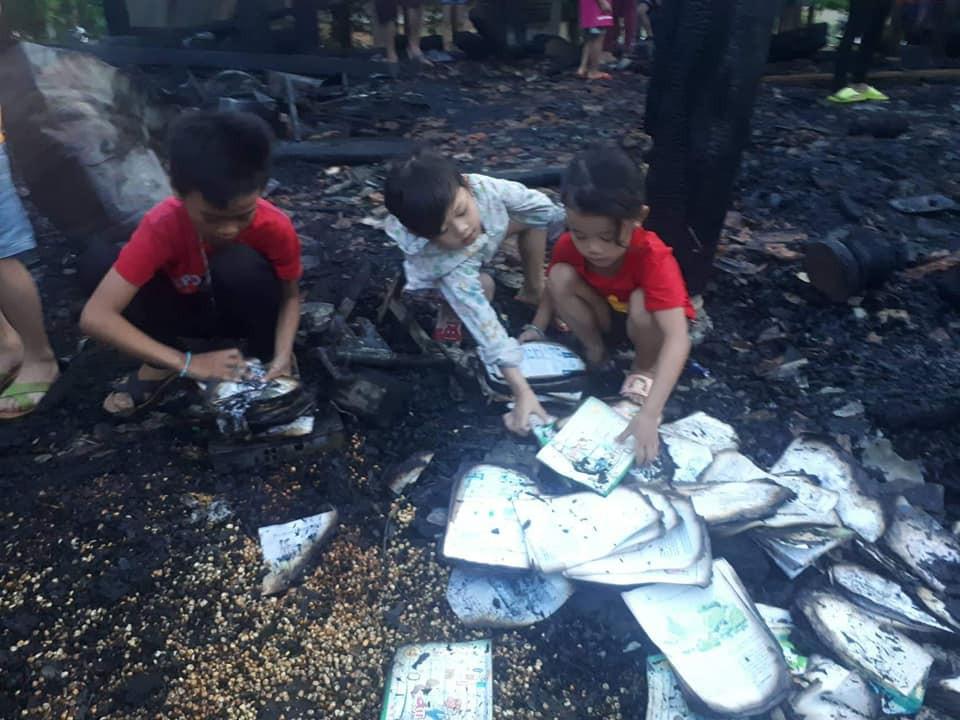 Nhà cháy trong lúc cha mẹ đi chữa bệnh, 3 anh em ngơ ngác bên đống tro tàn-1