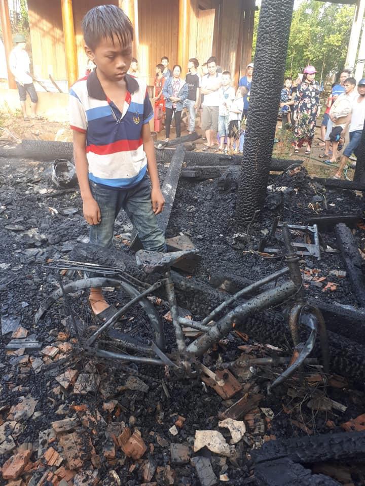 Nhà cháy trong lúc cha mẹ đi chữa bệnh, 3 anh em ngơ ngác bên đống tro tàn-2