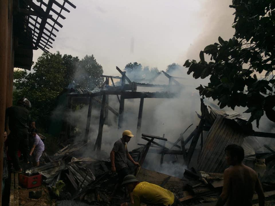 Nhà cháy trong lúc cha mẹ đi chữa bệnh, 3 anh em ngơ ngác bên đống tro tàn-4