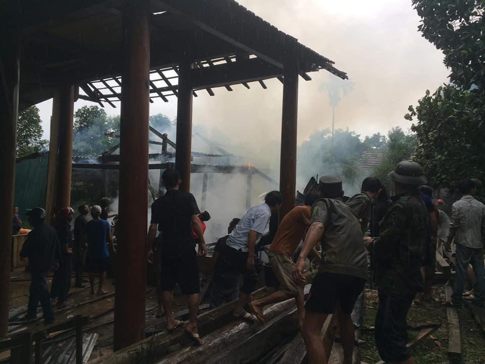 Nhà cháy trong lúc cha mẹ đi chữa bệnh, 3 anh em ngơ ngác bên đống tro tàn-3