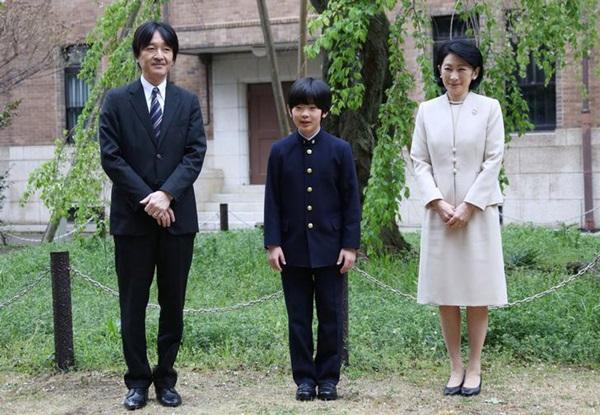 Gia đình Thái tử Nhật Bản đi du lịch: Chồng một mình bay trước, vợ và con trai bay chuyến sau vì lý do nghe xong ai cũng phản đối rầm rầm-1