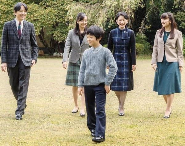 Gia đình Thái tử Nhật Bản đi du lịch: Chồng một mình bay trước, vợ và con trai bay chuyến sau vì lý do nghe xong ai cũng phản đối rầm rầm-2