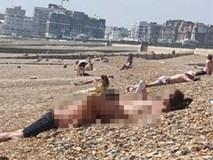 Cô gái khỏa thân phơi nắng trên bờ biển, bạn trai ôm ấp, thản nhiên