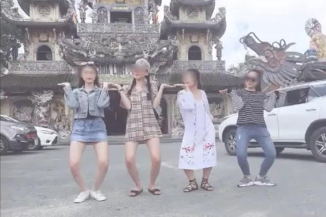 Nhóm thanh niên tụt quần, hớ hênh chụp ảnh check-in tại Đà Lạt bị dân mạng ném đá phải vội xóa bài-2