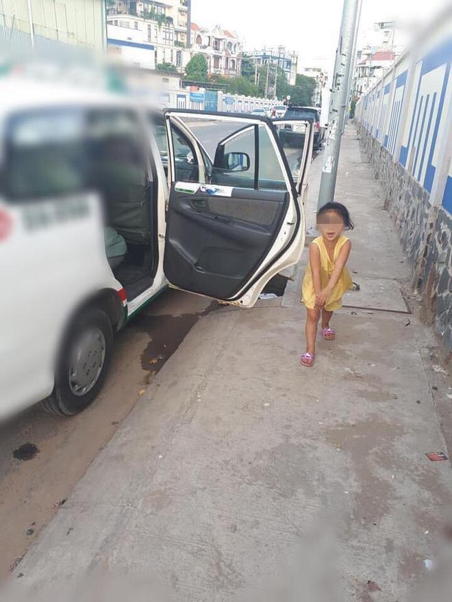 Cô bé nô đùa bên đường và câu nói vọng ra từ taxi của tài xế khiến người đi đường sững lại-2