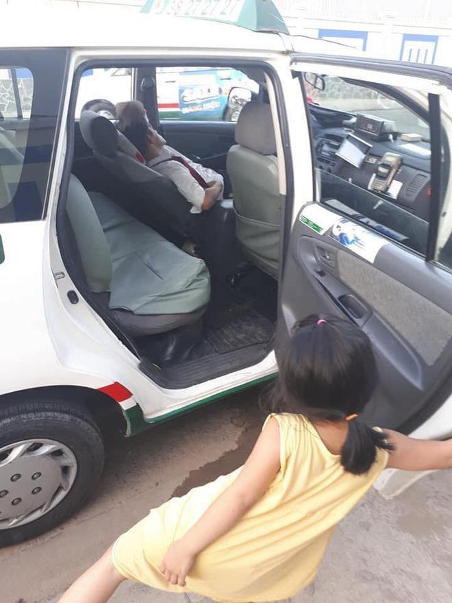 Cô bé nô đùa bên đường và câu nói vọng ra từ taxi của tài xế khiến người đi đường sững lại-4