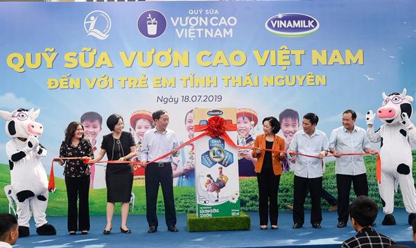 70.000 ly sữa Vinamilk đến với học sinh ATK Định Hóa-3