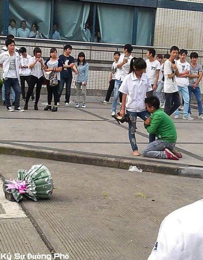 Chàng trai quỳ gối, ôm chân cô gái không chịu rời, bó hoa bị vứt sang một bên-3