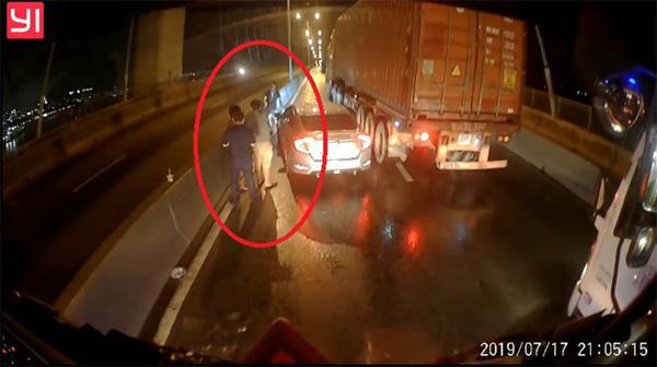 Tài xế container tung camera hành trình giúp đồng nghiệp gặp nạn và tâm sự gây tranh cãi-1
