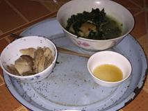 Đang ăn thì phải buông đũa vì con quấy, lát sau mẹ trẻ quay ra thấy cảnh tượng kinh hoàng trên mâm cơm
