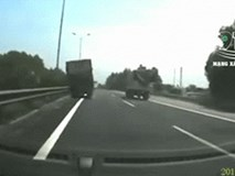 Clip: Xe tải mất lái, lao lên cày nát 5m dải phân cách, những người phía sau liên tục la hét