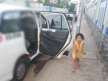 Chuyện con gái nhỏ trông cho ba làm nghề lái taxi ngủ trong xe và câu nói