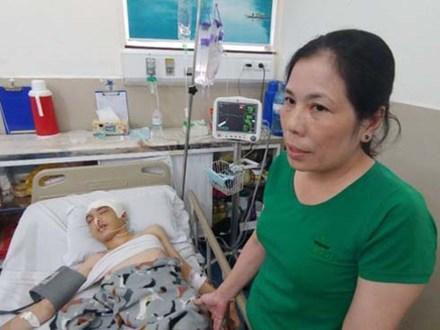 Con trai bị tai nạn dập não, bố chỉ nói câu 'đang bận' rồi cúp máy, người mẹ nghèo bật khóc giữa bệnh viện