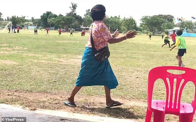 Bà nội chất nhất quả đất: U60 vẫn cong mông chạy dọc sân cổ vũ cháu trai đá bóng-5