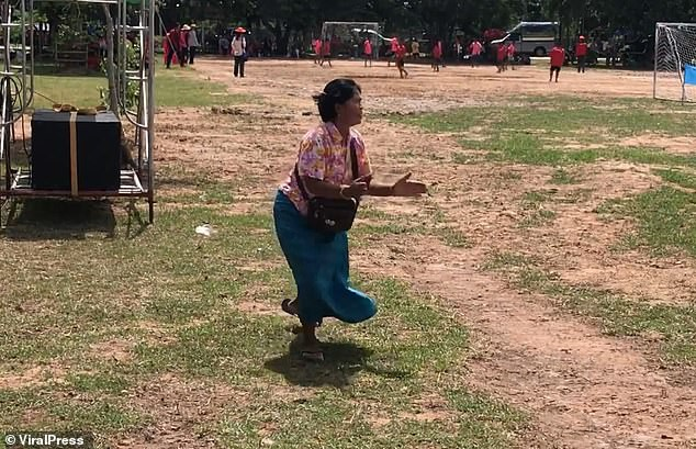 Bà nội chất nhất quả đất: U60 vẫn cong mông chạy dọc sân cổ vũ cháu trai đá bóng-4