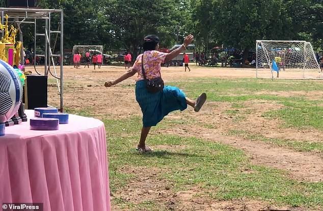 Bà nội chất nhất quả đất: U60 vẫn cong mông chạy dọc sân cổ vũ cháu trai đá bóng-3