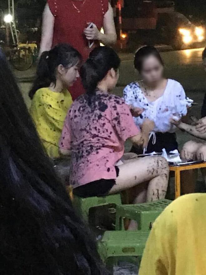 Đang ngồi uống trà chanh, nhiều thiếu nữ bất ngờ bị ném phân trộn dầu nhớt đầy người-2